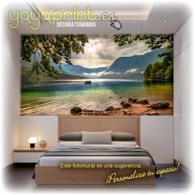 Vinilo decorativo fotomural de lago al pie de montañas nubladas