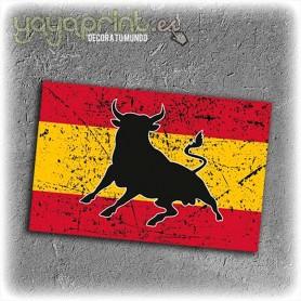 Pegatina de toro bravo en bandera de España. Sticker para moto, casco, coche, etc. bicis.