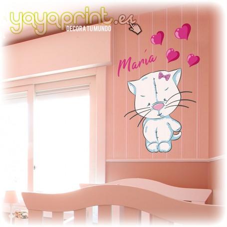 Vinilo infantil de gatita de peluche con corazones v nombre del bebé.