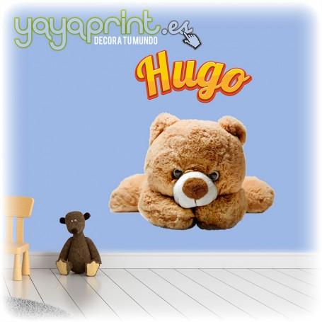 Vinilo infantil osito de peluche con nombre de Hugo. Personaliza este vinilo decorativo con el nombre que prefieras.